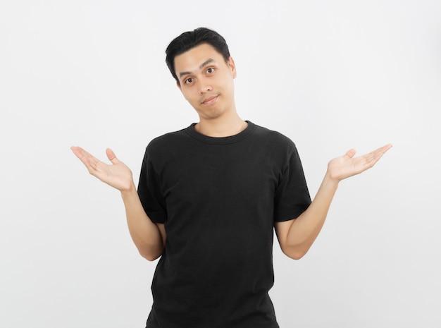白い壁に分離された疑いジェスチャーを作る若いハンサムなアジア人。