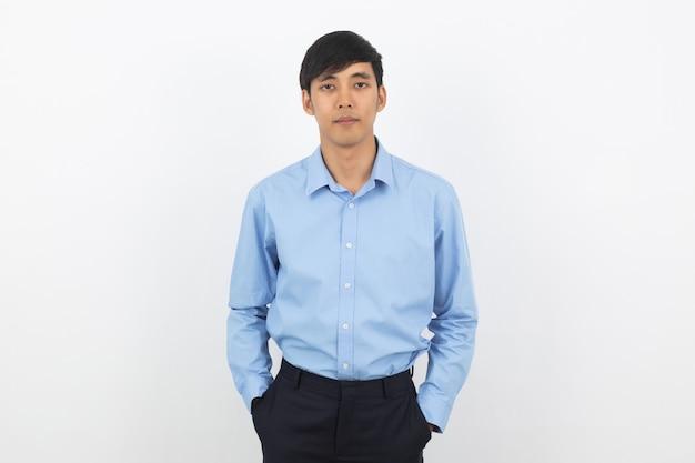 Молодой красивый азиатский бизнесмен смотря к камере изолированной на белизне