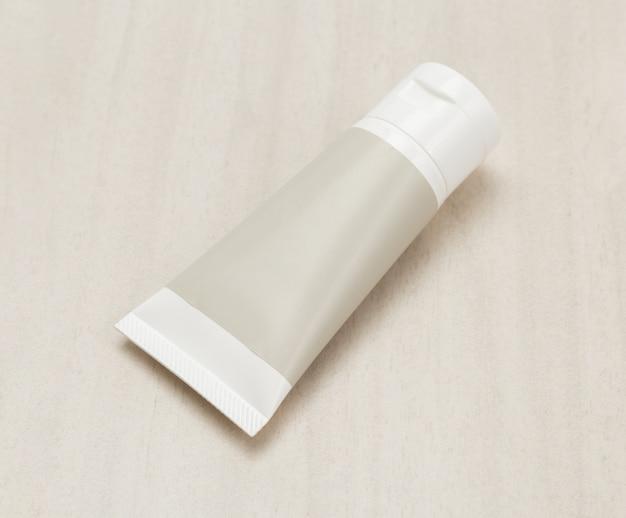 木製の空白の白いプラスチッククリームチューブまたはゲル製品モックアップテンプレート