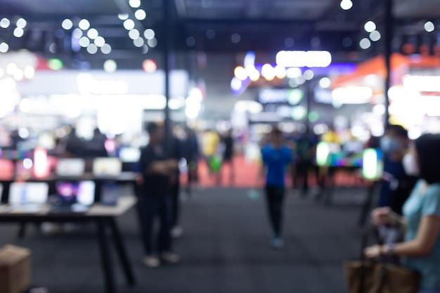展示ホールイベントトレードショー博覧会ビジネスコンベンションショー、就職説明会、または株式市場で抽象的なぼかし人。組織または会社のイベント、商業取引