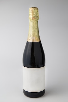 白い背景にシャンパンボトル、祝賀コンセプト。