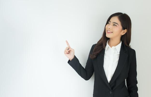 Портрет молодой женщины азии бизнес, указывая на белом фоне.