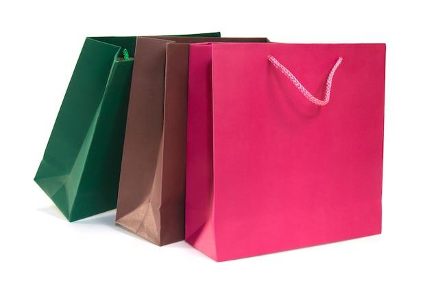 白い背景に紙のショッピングバッグ。