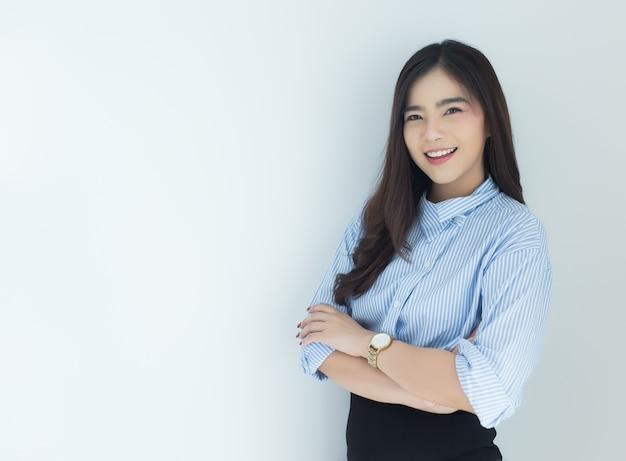 Портрет молодой женщины азии бизнес пересек ее руки на белом фоне.