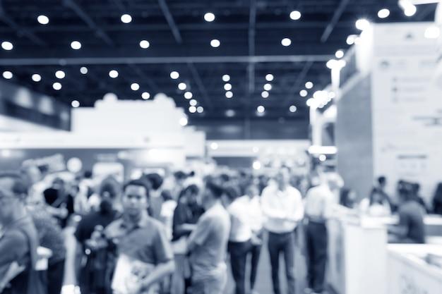 人々の背景、ビジネスコンベンションショーコンセプトと抽象的なぼかしイベント展