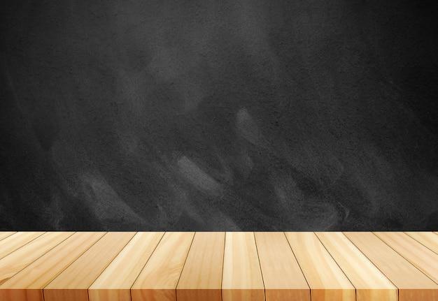 チョークは、黒板に擦り切れました。背景をぼかした写真の前に木製の空のテーブル。