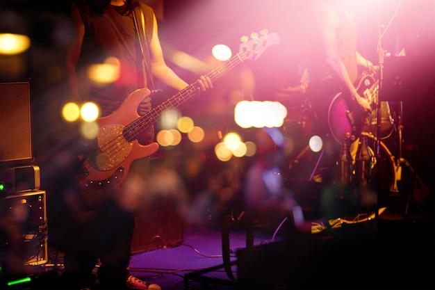 背景のためのステージ上のギタリスト