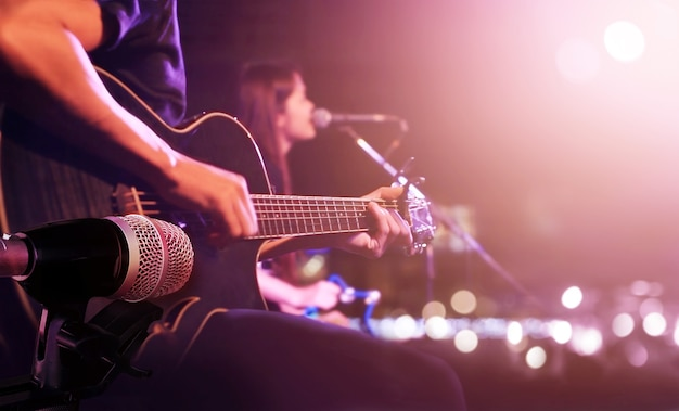 Гитарист на сцене для фона, мягкая и размытая концепция