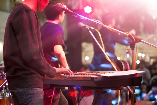 背景、柔らかい、ぼかしのコンセプトのためのステージ上の鍵盤奏者