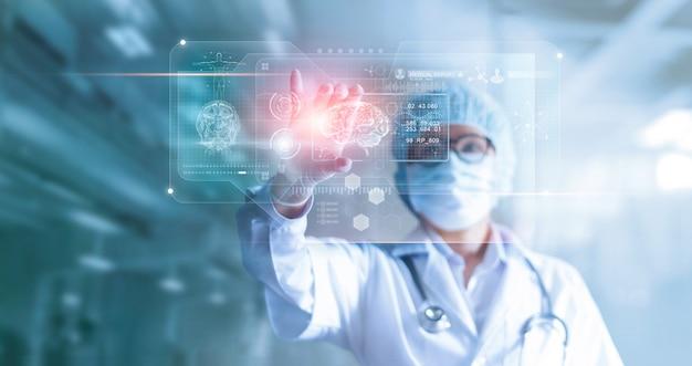 医師、外科医が患者の脳の検査結果と人体解剖学を分析