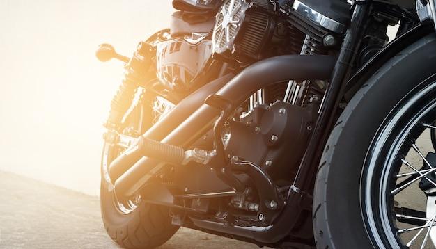 Современные мотоциклетные мотоциклы в черном цвете на улице