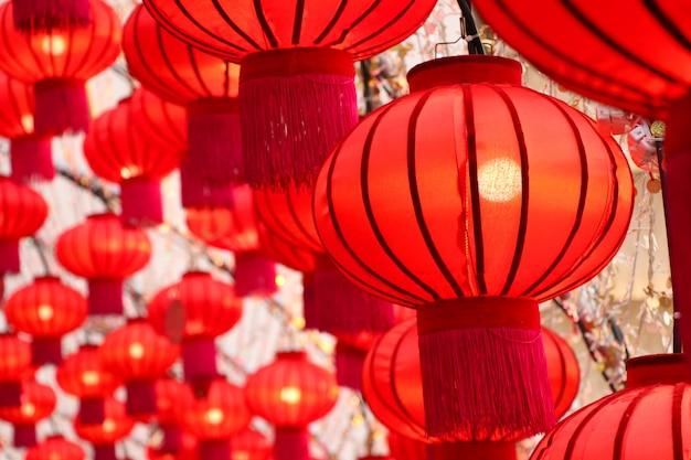 チャイナタウン、タイの中国の新年の祭りの赤い色で、中国の灯籠を飾る