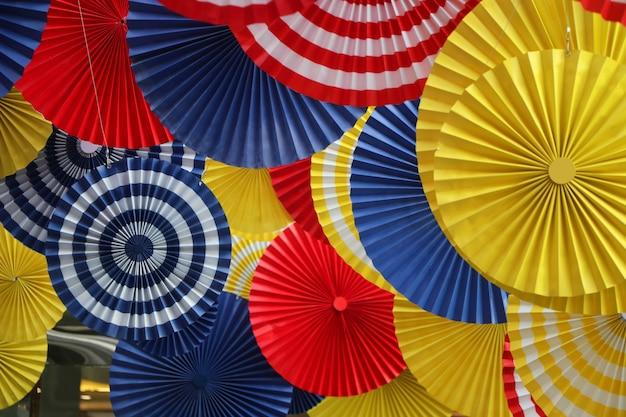 夏の季節のタイのデパートで紙ファンカラフルな背景アート装飾