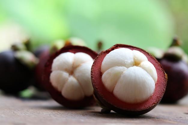 木製の背景にマンゴスチンアジアフルーツ