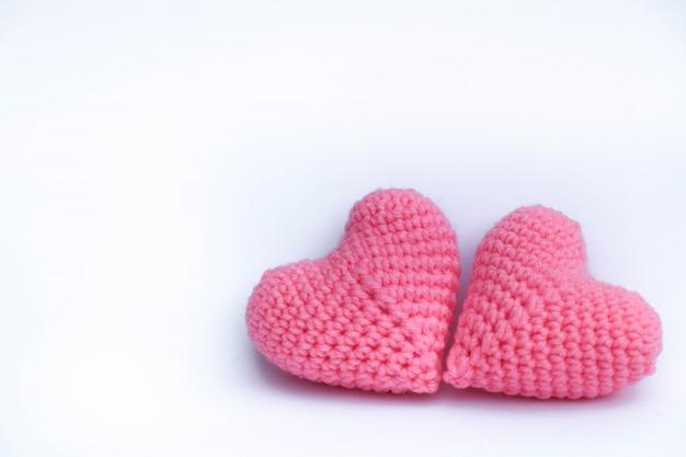編み糸かぎ針編みハート形分離背景にピンク色の手作りのかわいいパターン