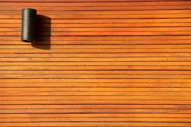 自宅の木製の壁、機器、家具に掛かっているモダンな電気ランタンスタイル