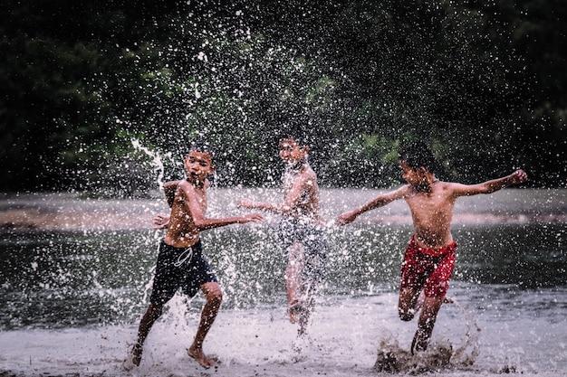 男の子たちはお互いを水中で追いかけて遊んでいる。