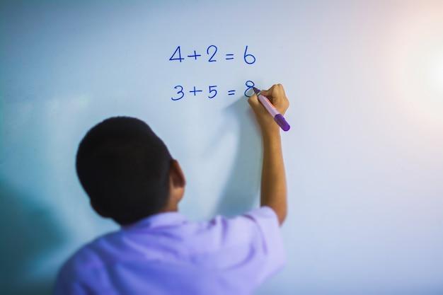 Студенты пишут, чтобы рассчитать цифры.