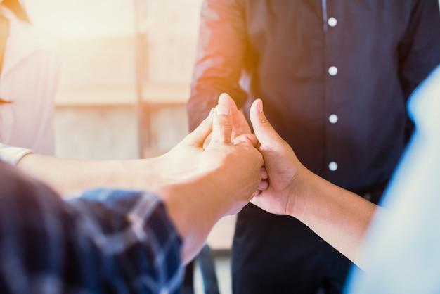 Успешные деловые люди с большими пальцами руки вверх, бизнес-команда