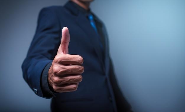 親指を現して実業家