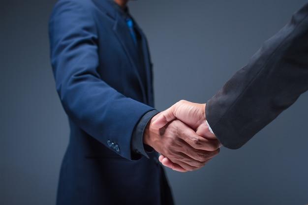 Деловые люди пожимают друг другу руки в офисе