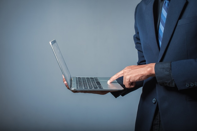 ビジネスの人々はノートパソコンの画面に触れています
