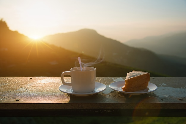 Кофе и сандвич в утре на горном виде.