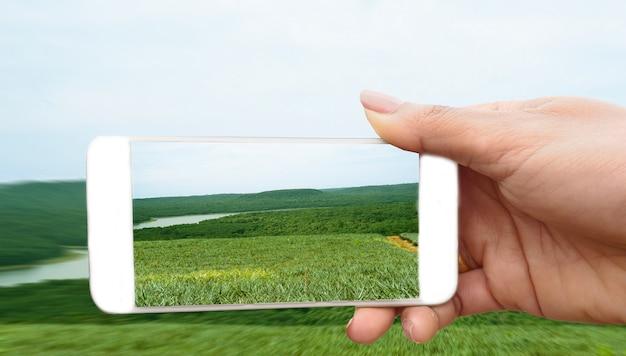 女性がスマートフォンで写真を作る