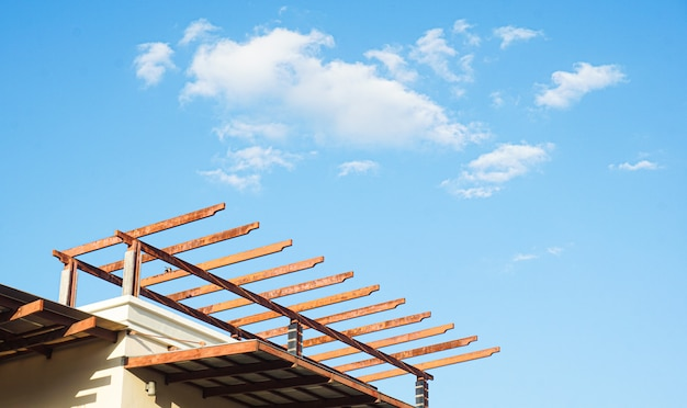 青空の下で建設中の家を建てた新しいスティック