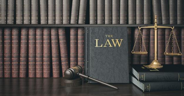木製の裁判官の小槌と黄金の鱗を持つ低キーフィルター法本棚