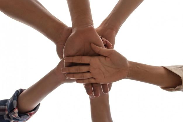 ビューの友情の下で人々のパートナーシップチームワークは、白い背景に手をスタッキング