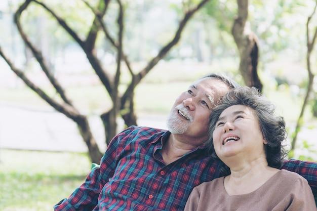 幸せな愛老夫婦スマイリーフェイス年配のカップル老人年配の女性リラックスした森で抱擁