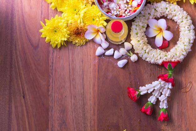 Красочный цветок в миске с водой и трубкой