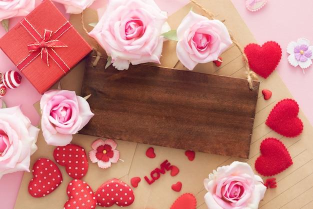 Подарочная коробка на день святого валентина с красными сердцами и розами имеет деревянную напольную раму для копирования места