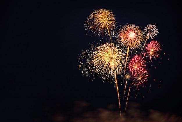 黒の背景にお祝いのカラフルな花火