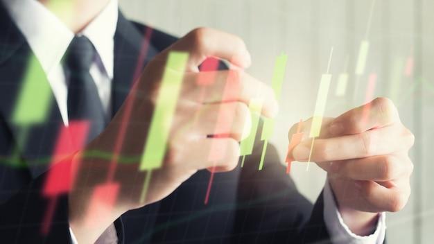 Азия бизнес мужчина держит подсвечник граф сделать из бумаги красный и зеленый