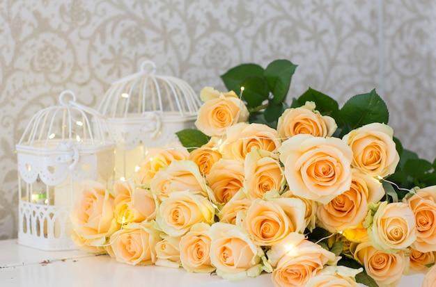 ガーランドと装飾的な細胞のピーチのバラ