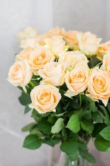 ガーランドと桃のバラの花束