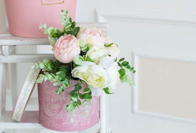 Цветочные украшения в студии. свадебный декор. цветочная композиция