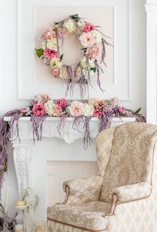 Цветочные украшения в студии. цветочная композиция. кресло, свеча