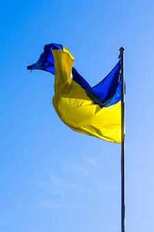 Украинский флаг несется на ветру