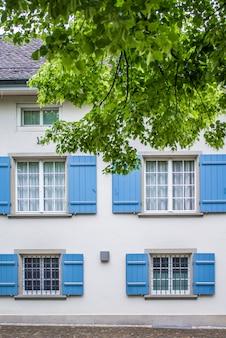 家の正面、シャッター付き窓