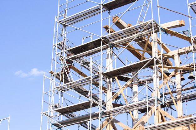 古い鐘楼。古い鐘楼の修復。足場。古い鐘