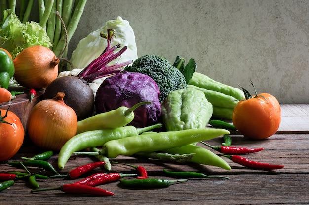 古い木製のテーブルに新鮮な野菜。