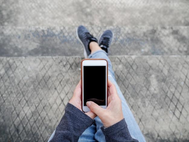 オンラインショッピングでスマートフォンを使用している女性のトップビュー
