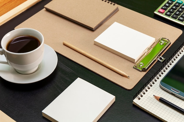ビジネスオフィスとビジネスオブジェクトのオフィスデスクテーブル