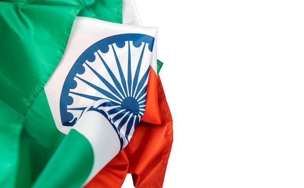 白い背景の上のインドの独立記念日インドの国旗を祝う