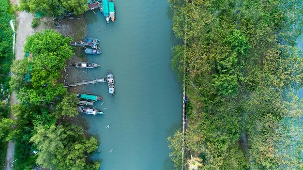 川のロングテール漁船の空撮ドローントップビュー