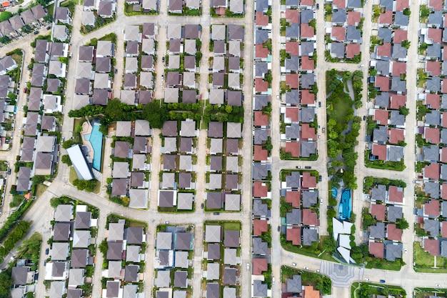 Аэрофотоснимок с дрона, вид сверху на село в летний сезон и крыши домов с высоты птичьего полета на дороги