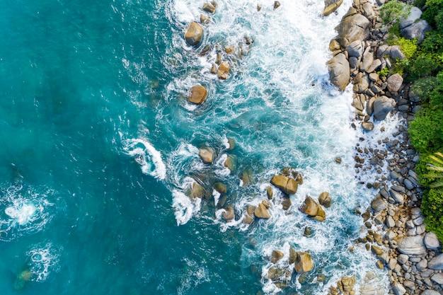 岩の風景の自然の景色に砕ける波の空撮